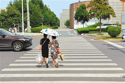 """市民呼吁三环外也应强化文明交通实践 每条路都应""""车让人 人守规"""""""